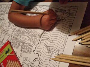 niño pintando mapa de santiago