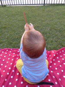 Niño con palitos de helado
