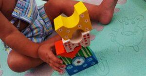niño haciendo torre deformada