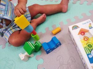 niño formando una torre