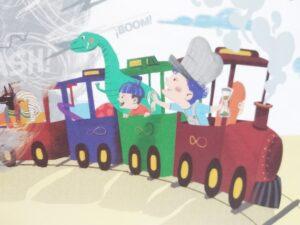 mateo en el tren con sus amigos