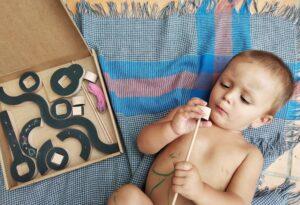 niño con el juego de wodibow