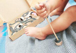 niño con la caja de juego