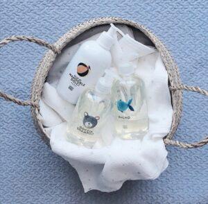 cesta de mimbre con productos
