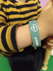 pulsera identificativa en niño