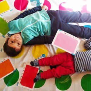 niños jugando al twistter