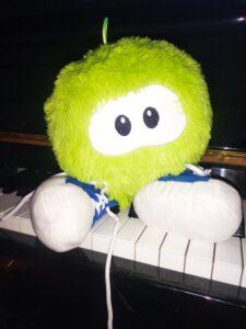 pelusa sentada en el piano