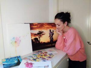 mujer con cuadros de posterlounge