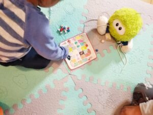 niño jugando a la oca