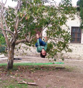 niño en el árbol del amor