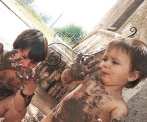niños llenos de barro