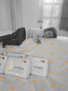 niño con paquetes de pañales