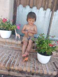 niño con plantas bada kids