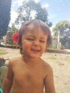 niño con flor en la oreja