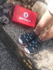 niño con zapatillas de garvalín y la caja
