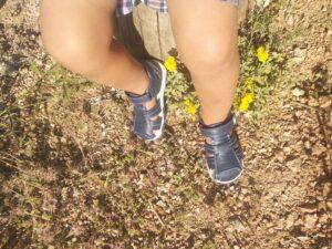 niño sentado con las zapatillas de Garvalín
