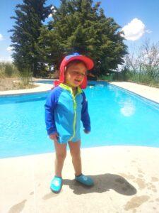 niño con el equipo de de agua en la piscina
