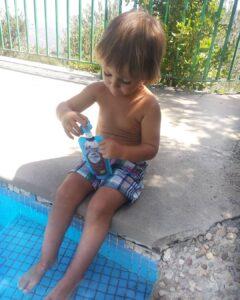 niño con las bolsitas de agua&fruta
