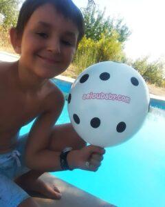 niño con globo de aeioubaby