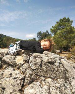niños en una roca