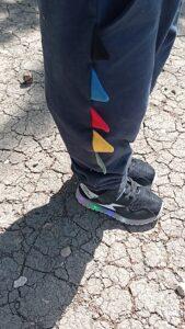 zapatillas luces y pantalón dinosaurio