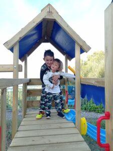 niños en un parque con un chandal de Patpat
